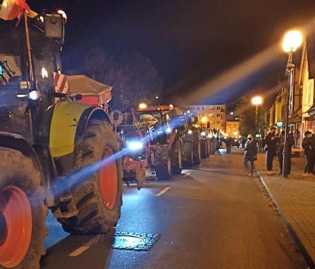 Strajk Kobiet. Sznur ciągników w Nowym Dworze Gdańskim. Rolnicy wsparli kobiety (Zdjęcia serwisu ndg24.com)