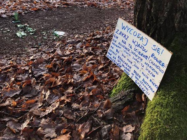 Tabliczka na drzewie, a szkło na ścieżce. Taki widok można zobaczyć w Lesie Młochowskim