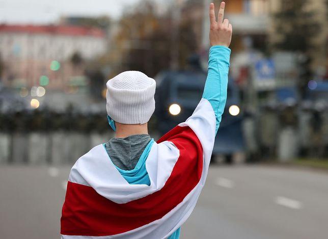 Uczestnik demonstracji w Mińsku 25 października 2020