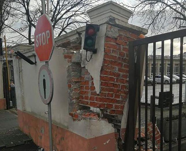 Uszkodzona brama obiektu SOP przy ul Podchorążych 32