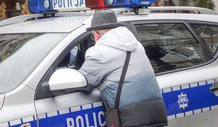 82-letni mieszkaniec Puław dał się oszukać dwóm złodziejom, którzy podawali się za obcokrajowca i ortopedę.