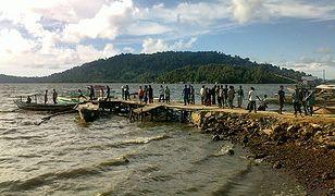 Mieszkańcy wyspy Simeuleu obserwują poziom wody po trzęsieniu ziemi