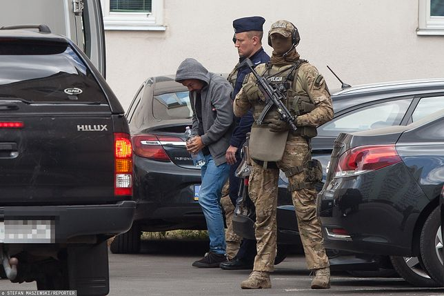 Marek Falenta w otoczeniu uzbrojonej eskorty wyprowadzany z prokuratury (lipiec 2019 r.).