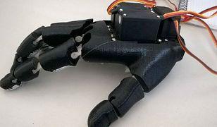 Młodzi konstruktorzy stworzyli sztuczną dłoń. Atutem jest cena i łatwość obsługi