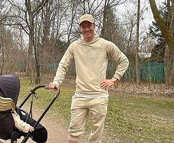 Robert Lewandowski na spacerze z córką. Show kradną złote skrzydła