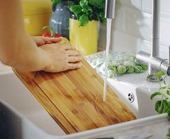 Włóż deskę do krojenia do lodówki. Ten kuchenny trik może zaskoczyć