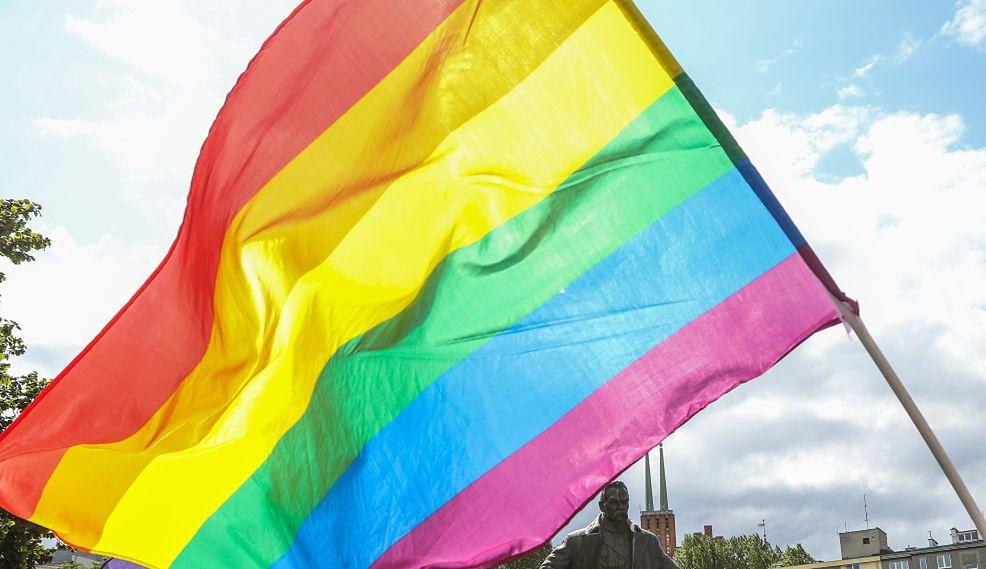 """""""Strefa wolna od LGBT"""". """"Gazeta Polska"""" rozdaje naklejki budzące kontrowersje"""