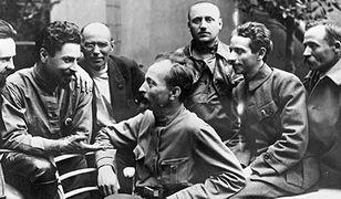 Feliks Dzierżyński (siedzi w środku) wśród liderów Czeka, 1919 r.
