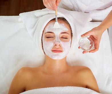 Zabiegi kwasami są wykonywane w klinikach medycyny estetycznej i salonach kosmetycznych.