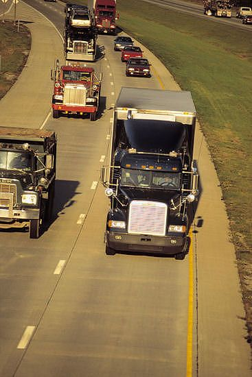 Kierowcy tirów protestują, blokując autostrady
