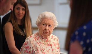 Królowa Elżbieta II na wystawie z okazji 200. rocznicy urodzin królowej Wiktorii