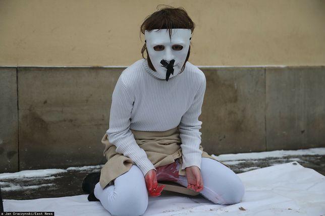 Wstrząsający happening w obronie kobiet przed krakowską kurią.