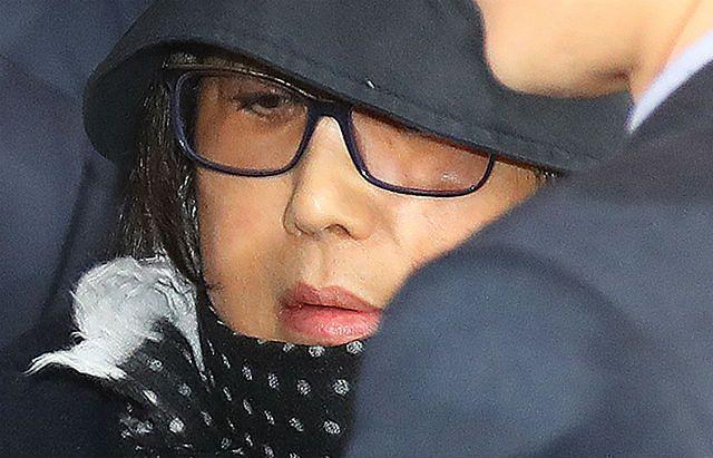 Otoczona przez media Choi Soon-sil próbuje przedostać się do prokuratury