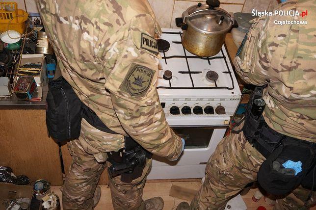 Mężczyznę w jego mieszkaniu odwiedzili policjanci.