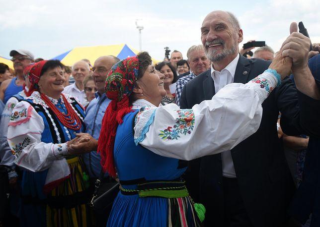 Antoni Macierewicz tańczy podczas Pikniku Rodzinnego PiS w Miedznej Murowanej