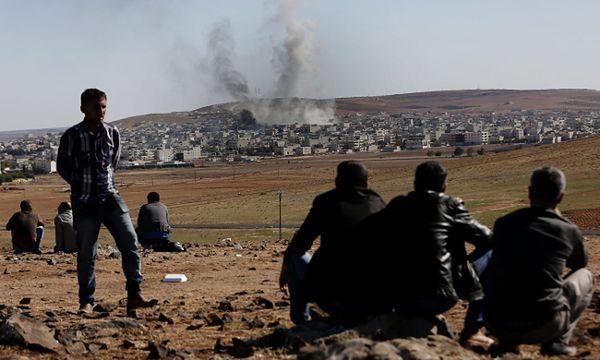 Ostrzał Kobane widoczny z tureckiej strony granicy
