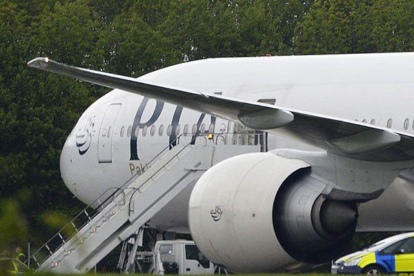 Rozjuszeni pasażerowie wyrzucili polityka z samolotu