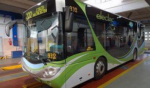 Testy uśmiechniętego autobusu na ulicach Warszawy