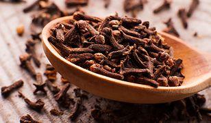 Goździki mają lekki gorzkawy aromat, który nadaje potrawom specyficzny smak
