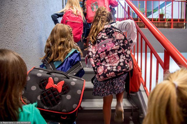 Mazowsze. Służby sanitarne kontrolują szkoły podstawowe i ważą plecaki uczniów