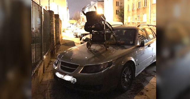 Na masce źle zaparkowanego auta pojawił się... wózek