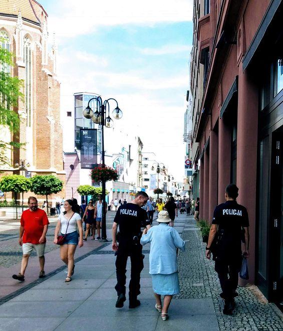 Policja pomaga starszej pani