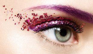Efektowny makijaż oczu w tym karnawale to oryginalne kolory i sporo blasku