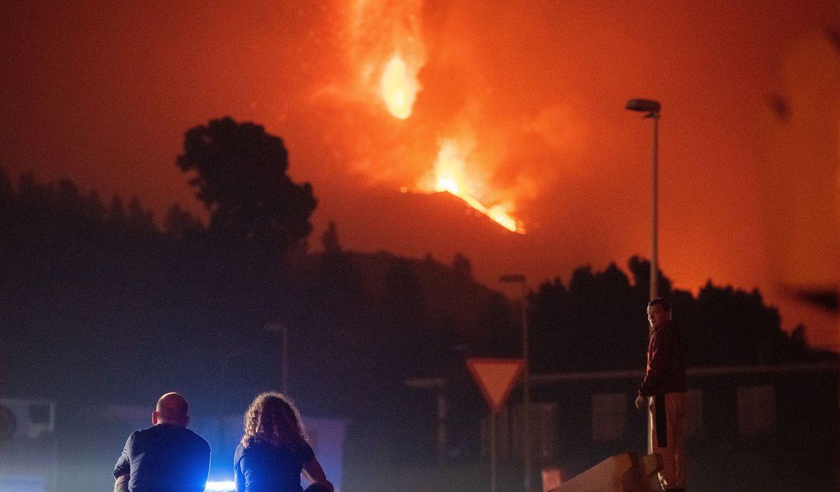 Turyści z całego świata przypływają na wyspę, by zobaczyć erupcję