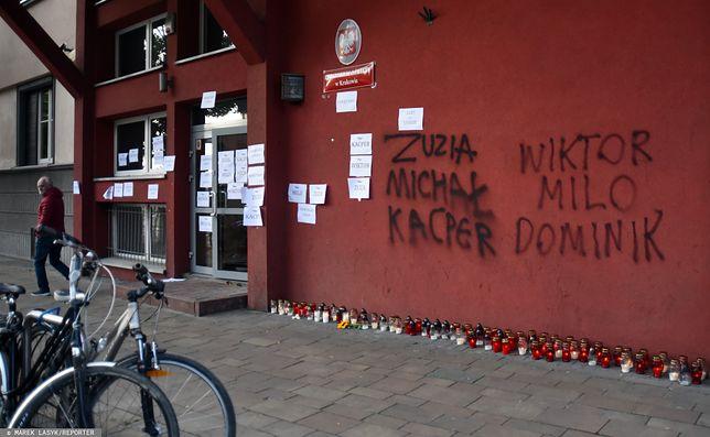 Kraków. Budynek kuratorium przy ul. Szlak - na ścianie wypisano imiona ofiar homofobii