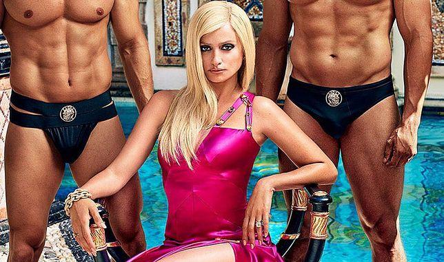Blond Penelope Cruz jako Donatella Versace