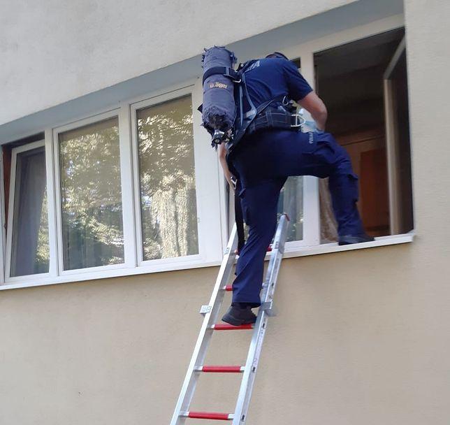 Bez wahania wspiął się na drugie piętro. Uratował mężczyznę