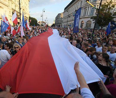 """""""Kto mnie opluje, gdy trzymam flagę?!"""". Z twórczynią ogromnej flagi Polski rozmawia Rachela Berkowska"""