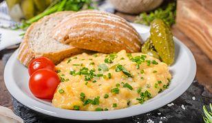 Jajka na zimną czy na gorącą patelnię? Patent kucharzy na jajecznicę