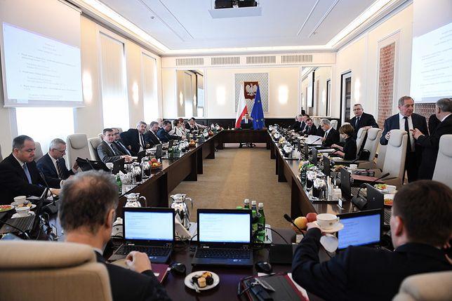Premier Mateusz Morawiecki i ministrowie przed posiedzeniem rządu