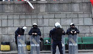 Policjanci przed Pałacem Kultury i Nauki podczas przygotowań do marszu 11 listopada 2018 r.