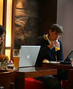 Pusto przy firmowych biurkach. Nawet połowa pracowników biurowych mogłaby pracować zdalnie. A na pewno - chciałaby