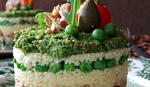 Torcik z kaszy kuskus ze szpinakiem, tuńczykiem, groszkiem i pesto