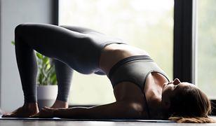 Unoszenie bioder to jedno z ćwiczeń core stability