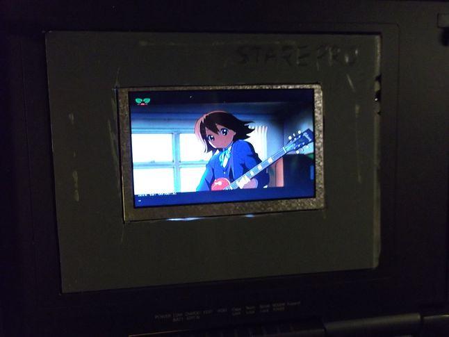 Zoom na (mały) ekranik, na ekranie Yui Hirasawa z anime K-On!