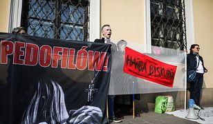 Przez zbieżność imion uczciwy proboszcz jest notorycznie mylony z pedofilem z zakonu Chrystusowców. Na fot. protest  przeciwko ukrywaniu pedofilii w Kościele.