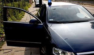 Niewykluczone, że w zatrzymanym samochodzie były jeszcze inne osoby w policyjnych mundurach