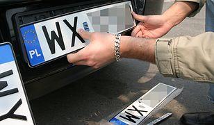 Uproszczenie prawa byłoby świetną informacją dla kierowców. Powodów do radości nie będą mieć firmy produkujące tablice rejestracyjne