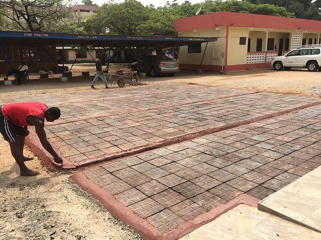 W Ghanie chodnik powstaje z... torebek
