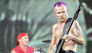 Flea na scenie z Red Hot Chili Peppers