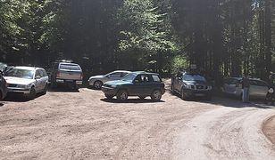 Tragiczna śmierć rowerzysty w lesie. Dojazd dla ratowników był zastawiony autami