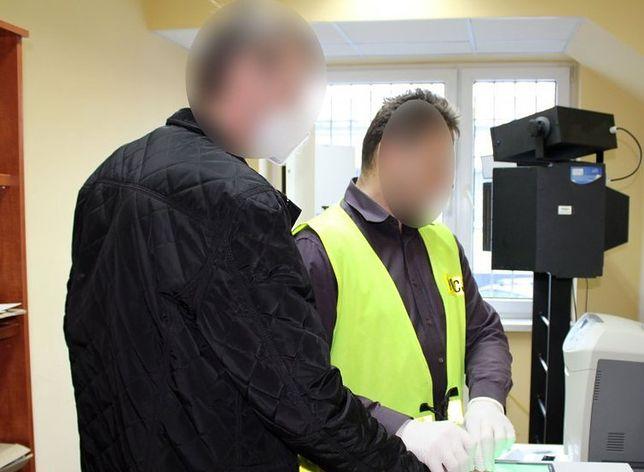 Śląskie. Policjanci w Kłobucku zatrzymali trzeciego sprawcę, który wspólnie z kolegami w lutym dokonał rozboju na 62-letnim mężczyźnie.