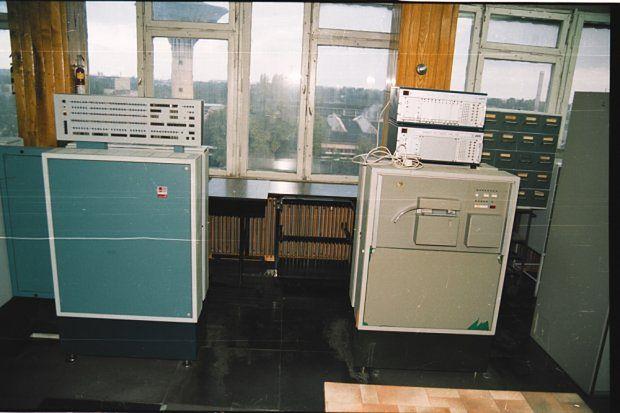 Odra 1305 (ta niebieska po lewej) w zakładach Hutmen. Zdjęcia wykonane przez Muzeum Kolejnictwa w Jaworzynie Śląskiej tuż przed demontażem.