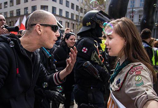 Postawiła się neonazistom. Zdjęcie czeskiej skautki podbija świat