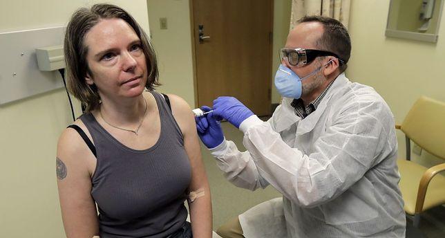 Już w marcu 2020 roku Amerykanka Jennifer Haller jako pierwsza zgodziła się wziąć udział w testach nad szczepionką na koronawirusa