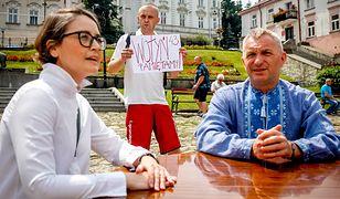 Piotr Tyma, przewodniczący Związku Ukraińców w Polsce, i Anna Dąbrowska zaprosili chętnych do rozmowy przy stoliku. Przemyski Ratusz nie wyraził zgody na tę akcję